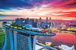 Eine Luftaufnahme des Marina Bay Sands Hotels mit Skyline in Singapur