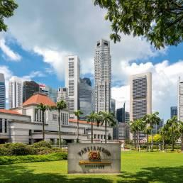 Die Skyline Singapurs und das Parlamentsgebäude