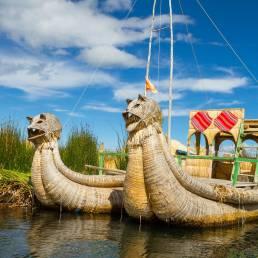 Traditionelles Schilfboot der Uros im Titicacasee in Peru