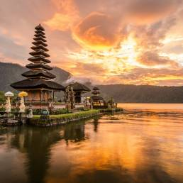 Tempel am See bei Sonnenuntergang in Indonesien