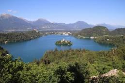 Die Aussicht auf den Bleder See vom Aussichtspunkt Ojstrica in Slowenien