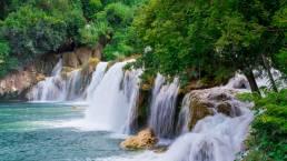 Wasserfall und Wald im Krka Nationalpark Kroatien