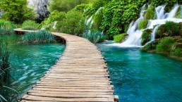 Ein Steg am Wasserfall im Krka Nationalpark Kroatien