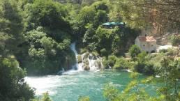 Wasserfälle, ein See, Wald und eine Ruine im Krka Nationalpark Kroatien