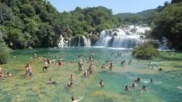 Badende im Wasserfall Skradinski Buk im Krka Nationalpark Kroatien