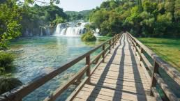 Brücke über einen See am Wasserfall im Krka Nationalpark Kroatien