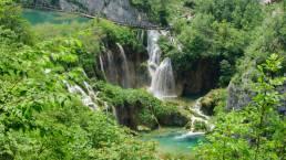 Wasserfälle und Wanderwege im Nationalpark Plitvicer Seen in Kroatien