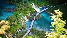 Luftaufnahme der Wasserfälle mit Steg imNationalpark Plitvicer Seen in Kroatien