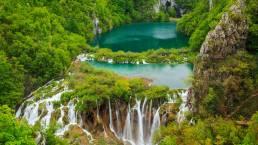Wasserfälle und Wald im Nationalpark Plitvicer Seen in Kroatien