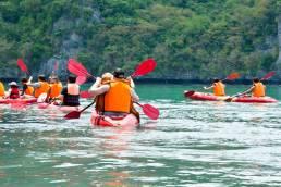 Menschen in roten Kajaks im Marine Nationalpark in Thailand