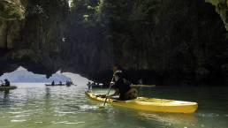 Mann im gelben Kajak in der Phang Nga Bucht in Thailand