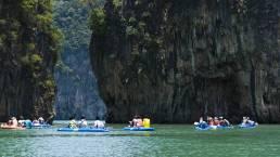 Menschen in Kajaks in der Phang Nga Bucht in Thailand