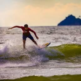 Ein Surfer im Wasser vor Phuket, Thailand