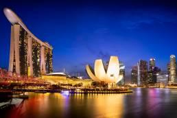 Das Viertel Marina Bay in Singapur bei Nacht
