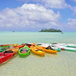 Bunte Kajaks am Strand von Rarotonga, Cookinseln.
