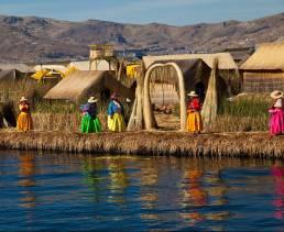 Frauen in traditioneller Kleidung auf den schwimmenden Inseln der Uros in Peru