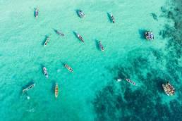 Eine Luftaufnahme von Booten auf dem Wasser in Thailand