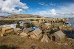Inseln, Häuser und Boote aus Schilf im Titicacasee in Peru
