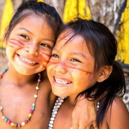 Brasilianische Mädchen mit traditionellem Schmuck