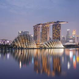Die Skyline von Marina Bay, Singapur, spiegelt sich im Wasser