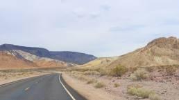 Der Highway mit Bergen im Hintergrund, welcher zum Antelope Canyon (USA) führt