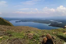 Der Ausblick vom King's Throne Peak auf den Kathleen Lake in Kanada