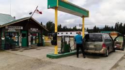 Eine Tankstelle inmitten des Yukon, Kanada