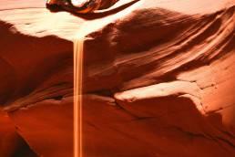 Ein Wasserfall aus Sand im Antelope Canyon, USA
