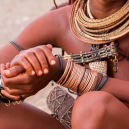 Eine Nahaufnahme des Schmucks einer Himba-Frau