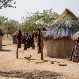 Die Hütten in einem Himb-Dorf in Namibia