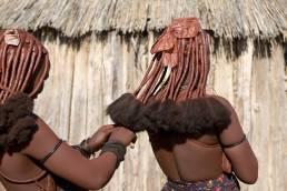 Himba-Frauen mit traditionellen Frisuren in Namibia