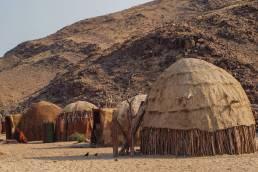 Die Hütten der Himba in Namibia