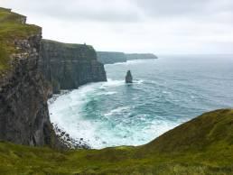 Der Blick von den Klippen von Moher in Irland auf den tosenden Atlantik