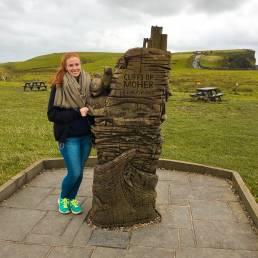 Unsere Redakteurin Vanessa an einer Skulptur der Cliffs of Moher in Irland