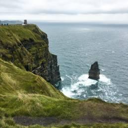Ein Blick von oben auf die Klippen von Moher und den tosende Atlantik in Irland