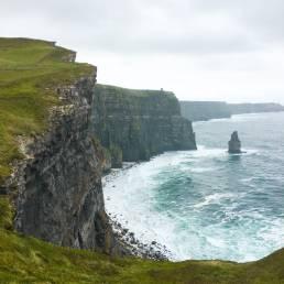 Der Ausblick nördlich des O'Brien's Towers in Richtung der Klippen von Moher und auf den tosenden Atlantik (Irland)