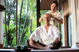 Eine Original Thai-Massage in Bangkok Thailand angewendet an einem Mann