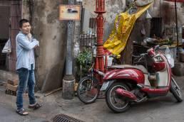 EIn Einheimischer im Stadtviertel in Talad Noi Thailand