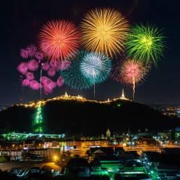 Das Bun Bang Fai Festival in Thailand wird in Issan gefeiert und beinhaltet vor allem den Bau von Raketen und Feuerwerkskörpern