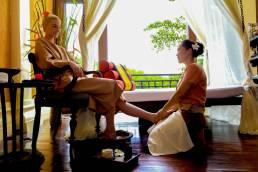 Eine original Thai Massage wird an einer Frau in Thailand durchgeführt