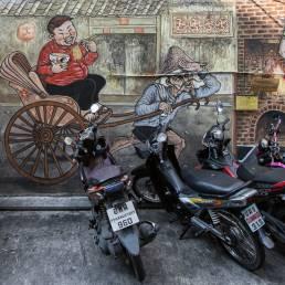 Kunst und Streetart an einer Wand in Bangkoks Stadtviertel Talad Noi in Thailand