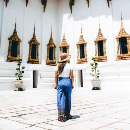 Lange Hosen sind für einen Besuch in einem Temple in Thailand ideal während der Nebensaison