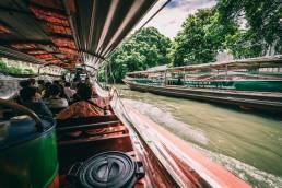 Ein Langschwanzboot bringt die Besucher eines Kochkurses aus Bangkok Thailand hinaus