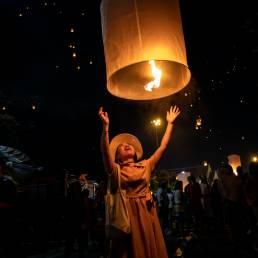 Das Loi Kratong ist das Festival des Lichts in Thailand, bei welchem Lichter von Booten aus in den Himmel gelassen werden