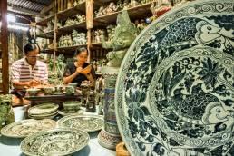 Eine kleine Töpferei in Mae Hong Son im Norden Thailand, stellt handbemalte Tonwaren her