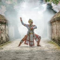 Das Phi ta Khon ist ein Festival in Thailand was zu ehren der Toten Geister gefeiert wird, wobei sich die Geister hinter Masken verstecken