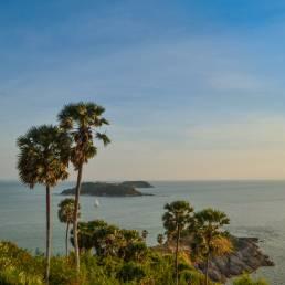 In Phuket hört es schon früher auf zu regnen, weswegen es ein ideal für einen Besuch in der Nebensaison ist