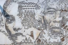 Zwei Gesichter wurden in eine Wand eingeritzt in Bangkoks Stadtviertel Talad Noi in Thailand
