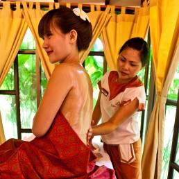 Eine Frau wird in Phuket Thailand bei einer original Thai Massage massiert