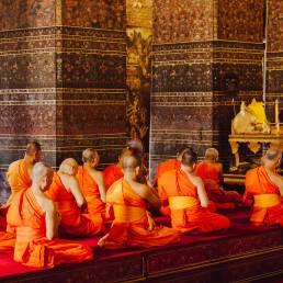 Buddistische Mönche beten in Thailand und sind die Überbringer der Thai-Massage